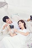 한국인, 신랑, 신부 (결혼식역할), 결혼, 결혼 (사건), 웨딩드레스, 사랑 (컨셉), 행복, 미소, 대화 (말하기)