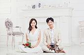 한국인, 신랑, 신부 (결혼식역할), 사랑 (컨셉), 행복, 미소, 앉기, 꽃다발, 부케