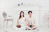 한국인, 신랑, 신부 (결혼식역할), 사랑 (컨셉), 행복, 미소, 앉기, 꽃다발, 부케, 팔짱[두명이상] (만지기)