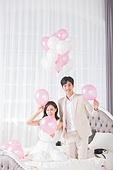 한국인, 신랑, 신부 (결혼식역할), 결혼, 웨딩드레스, 사랑 (컨셉), 행복, 미소, 침실, 풍선