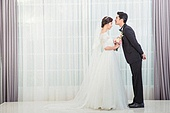 한국인, 신랑, 신부 (결혼식역할), 결혼, 웨딩드레스, 사랑 (컨셉), 행복, 미소, 옆모습, 키스 (입사용), 눈감음 (정지활동)