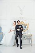 한국인, 신랑, 신부 (결혼식역할), 결혼 (사건), 웨딩드레스, 사랑 (컨셉), 행복, 미소, 앉기