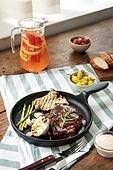 쇠고기 (붉은고기), 스테이크, 육류 (음식), 음식, 프라이팬 (냄비), 햇빛, 창문 (인조물건)