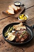 쇠고기 (붉은고기), 스테이크, 육류 (음식), 음식, 프라이팬 (냄비), 로즈메리 (허브), 소스 (음식)