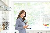 한국인, 여성, 싱글라이프 (주제), 부엌, 커피 (뜨거운음료), 차 (뜨거운음료), 미소, 스마트폰, 응시 (감각사용)