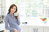 한국인, 여성, 부엌, 커피 (뜨거운음료), 차 (뜨거운음료), 휴식, 미소, 마시기 (입사용)