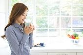 한국인, 여성, 부엌, 커피 (뜨거운음료), 차 (뜨거운음료), 뜨거움 (컨셉), 휴식, 미소