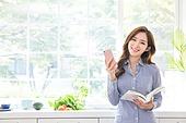 한국인, 여성 (성별), 부엌 (방), 책, 읽기 (응시), 미소