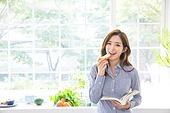 한국인, 여성 (성별), 부엌 (방), 책, 읽기 (응시), 미소, 먹기 (입사용), 바게트, 아침