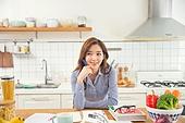 한국인, 여성, 부엌, 요리하기 (음식준비), 음식준비, 요리사, 푸드스타일리스트, 미소, 생각하는 (정지활동)