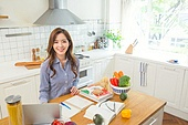 한국인, 여성, 부엌, 요리하기 (음식준비), 음식준비, 요리사, 푸드스타일리스트, 노트북, 인터넷강의, 미소