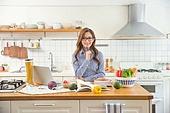 한국인, 여성, 부엌, 요리하기 (음식준비), 음식준비, 요리사, 푸드스타일리스트, 노트북, 인터넷강의, 미소, 생각하는 (정지활동)
