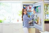 한국인, 여성, 냉장고, 음식준비 (움직이는활동), 열기 (움직이는활동), 푸드스타일리스트, 요리책, 미소