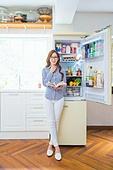 한국인, 여성, 냉장고, 음식준비 (움직이는활동), 열기 (움직이는활동), 푸드스타일리스트, 요리책, 레시피, 미소