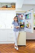 한국인, 여성, 냉장고, 음식준비 (움직이는활동), 열기 (움직이는활동), 푸드스타일리스트, 요리책, 레시피, 미소, 생각하는 (정지활동)