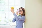 한국인, 여성, 부엌 (방), 취미, 싱글라이프 (주제), 스마트폰, 인터넷서핑 (격언), 미소, 푸드스타일리스트, 촬영