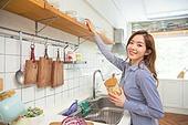 한국인, 여성, 부엌 (방), 싱크대 (가정용품[고정]), 음식준비 (움직이는활동), 푸드스타일리스트, 미소
