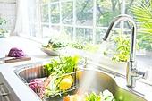 부엌 (방), 싱크대 (가정용품[고정]), 수도꼭지, 뿌리기, 물 (자연현상), 채소, 음식준비 (움직이는활동), 씻기