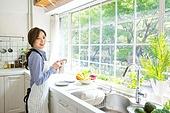 한국인, 여성, 부엌, 싱크대 (가정용품[고정]), 설거지 (씻기), 앞치마, 옆모습, 정리 (움직이는활동), 미소
