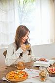 한국인, 여성 (성별), 디톡스, 차 (뜨거운음료), 레몬차, 싱글라이프 (주제), 마시기 (입사용), 미소, 책, 읽기 (응시)