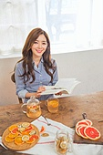 한국인, 여성 (성별), 디톡스, 차 (뜨거운음료), 레몬차, 싱글라이프 (주제), 미소, 책, 읽기 (응시)