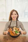 한국인, 여성, 요리 (음식상태), 어묵탕 (탕), 요리사, 푸드스타일리스트, 미소, 뜨거움 (컨셉)