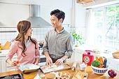 신혼부부, 요리하기 (음식준비), 한국인, 부엌, 상차림