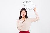 20대여자, 누끼, 한국인, 라이프스타일, 말풍선, 숙고 (컨셉), 생각하는 (정지활동), 걱정 (어두운표정), 아이디어 (컨셉)