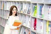 한국인, 여성, 대학생, 대학교, 도서관, 책, 들어올리기 (신체활동), 미소