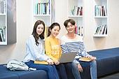 한국인, 대학생, 대학교, 노트북, 공부, 미소, 앉기 (몸의 자세)