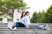 한국인, 대학생, 캠퍼스 (대학교), 계단, 커플, 앉기 (몸의 자세), 등맞대기 (위치), 손잡기 (잡기)