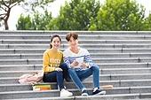 한국인, 대학생, 캠퍼스 (대학교), 계단, 앉기 (몸의 자세), 커플, 미소