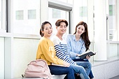 한국인, 대학생, 대학교, 캠퍼스 (대학교), 복도 (건물의부분), 공부 (움직이는활동), 미소, 앉기 (몸의 자세)