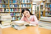 한국인, 여성, 대학생, 대학교, 도서관, 공부, 책상, 걱정 (어두운표정), 턱괴기