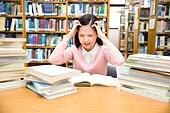 한국인, 여성, 대학생, 대학교, 도서관, 공부, 책상, 걱정 (어두운표정), 스트레스