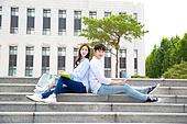 한국인, 대학생, 캠퍼스 (대학교), 계단, 커플, 앉기 (몸의 자세), 등맞대기 (위치)