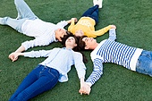 한국인, 대학생, 친구, 캠퍼스 (대학교), 잔디밭, 눕기 (몸의 자세), 미소, 손잡기 (잡기)