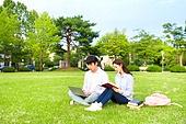 한국인, 대학생, 대학교, 캠퍼스 (대학교), 노트북, 책, 공부, 커플, 잔디밭