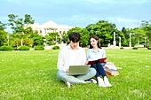 한국인, 대학생, 대학교, 캠퍼스 (대학교), 노트북, 책, 공부, 커플, 잔디밭, 미소