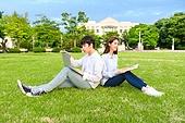 한국인, 대학생, 대학교, 캠퍼스 (대학교), 노트북, 책, 공부, 커플, 잔디밭, 등맞대기 (위치)