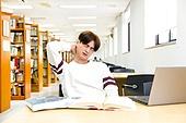 한국인, 대학생, 대학교, 도서관, 노트북, 앉기 (몸의 자세), 공부, 남성, 스트레스