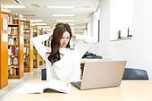 한국인, 여성, 대학생, 대학교, 도서관, 노트북, 앉기 (몸의 자세), 공부, 스트레스