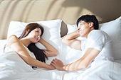 한국인, 부부, 커플, 아침, 잠, 남성, 여성, 마주보기 (위치), 미소, 손잡기 (잡기)