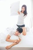 한국인, 부부, 커플, 아침, 잠, 남성, 여성, 신혼부부, 행복 (컨셉), 귀여움 (물체묘사), 미소, 베개싸움