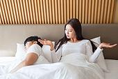 한국인, 부부, 커플, 침실, 침대, 커뮤니케이션문제 (커뮤니케이션), 무시 (어두운표정), 문제 (컨셉), 불만, 대화