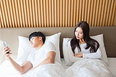 한국인, 부부, 커플, 침실, 침대, 커뮤니케이션문제 (커뮤니케이션), 무시 (어두운표정), 문제 (컨셉), 불만, 스마트폰