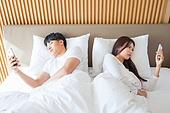 한국인, 부부, 커플, 침실, 침대, 커뮤니케이션문제 (커뮤니케이션), 무시 (어두운표정), 문제 (컨셉), 불만, 스마트폰, 무관심