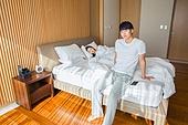 한국인, 부부, 커플, 침실, 침대, 커뮤니케이션문제 (커뮤니케이션), 무시 (어두운표정), 문제 (컨셉), 불만, 아침, 걱정 (어두운표정), 앉기 (몸의 자세)