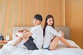 한국인, 부부, 커플, 침실, 침대, 커뮤니케이션문제 (커뮤니케이션), 무시 (어두운표정), 문제 (컨셉), 불만, 등맞대기 (위치)