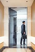 한국인, 남성, 비즈니스, 비즈니스맨, 출퇴근 (여행하기), 현관 (건축특징), 현관문, 뒷모습, 열기 (움직이는활동)